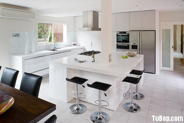 2ac59f90b9200.jpg Tủ bếp gỗ Acrylic màu trắng chữ I có đảo TVT0504