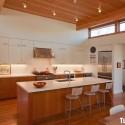 Tủ bếp gỗ Laminate màu trắng phối vân gỗ chữ I có bàn đảo   TVB0878