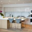 Tủ bếp Acrylic trắng kết hợp Laminate giả vân gỗ, chữ I,có bàn đảo   TVB 1105
