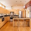 Tủ bếp gỗ Laminate chữ L màu vân gỗ nhạt có đảo   TVB0898