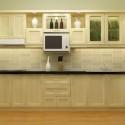 Tủ bếp gỗ Sồi tự nhiên sơn men màu trắng kem chữ I   TVB0844