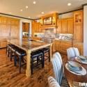 Tủ bếp gỗ tự nhiên Xoan Đảo kết hợp bàn đảo – TVB425